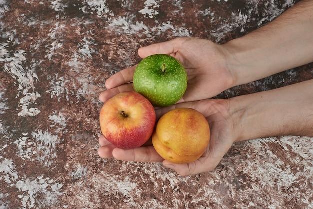Appel in de hand houden