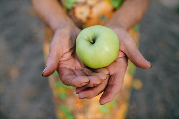 Appel in handen van een oude vrouw.