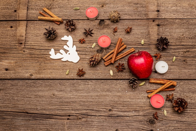 Appel, kaarsen, kruiden, herten, kegels. natuur nieuwjaar decoraties, vintage houten planken