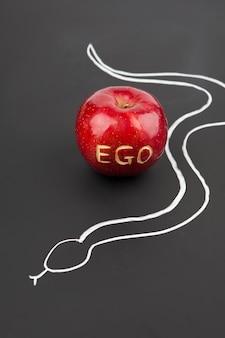 Appel met ego letters en slang