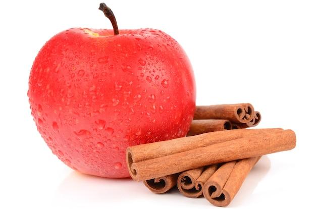 Appel met kaneel op wit wordt geïsoleerd dat