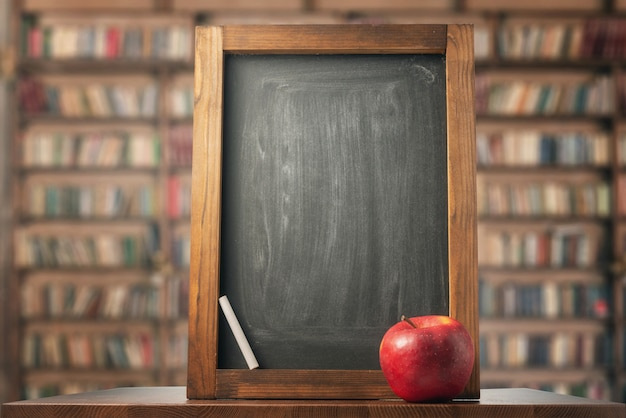 Appel, schoolbord en krijt. terug naar school