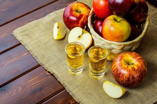 Appelbrandewijnschoten en rode appels