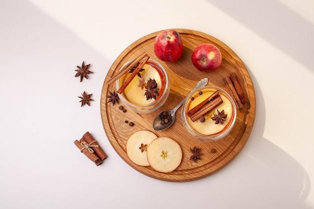 Appelcider en ingrediënten op een witte geïsoleerde achtergrond. platliggende stijl