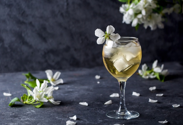 Appelcider in wijnglas