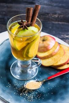 Appelcider met kaneelstokjes
