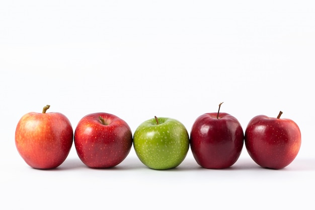 Appelen rode en groene zachte sappig op een wit bureau