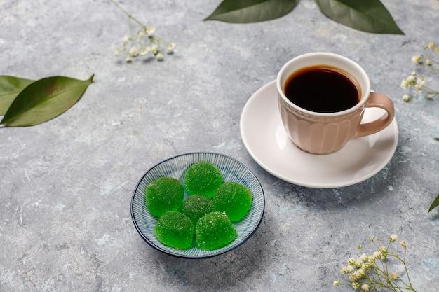 Appelgroen marmeladesuikergoed in suiker. gezond dessert voor fijnproevers.