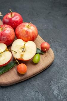 Appels de smakelijke appels citrusvruchten kersen op het bord