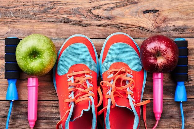 Appels, gumshoes en springtouw. uitnodiging voor een sportschool.
