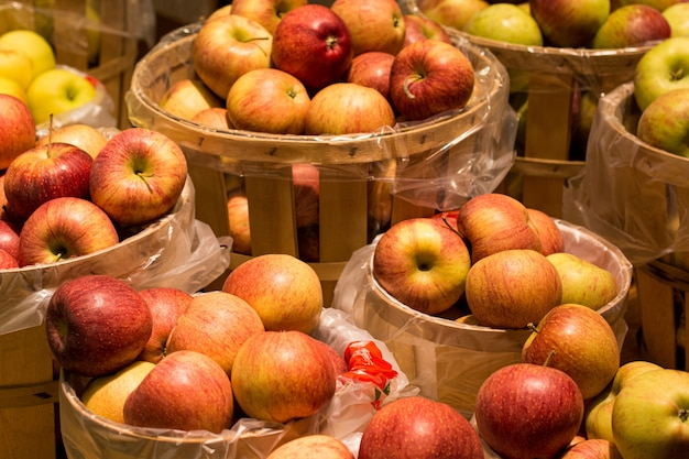 Appels in houten bakjes onder de lichten
