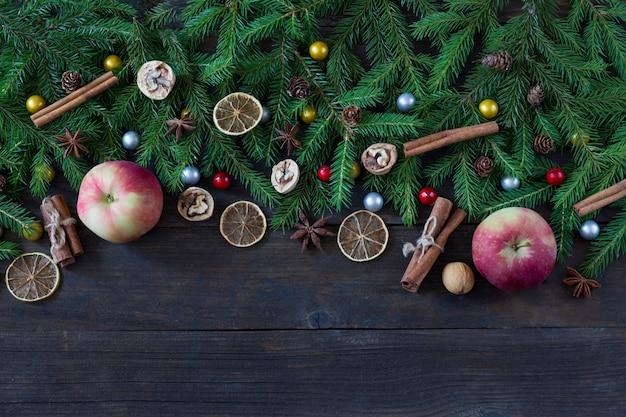 Appels, kaneel, schijfjes citroen, walnoten, kegels en pijnboomtakken en goud en zilver decor
