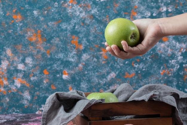 Appels op rustieke houten dienblad op geweven.