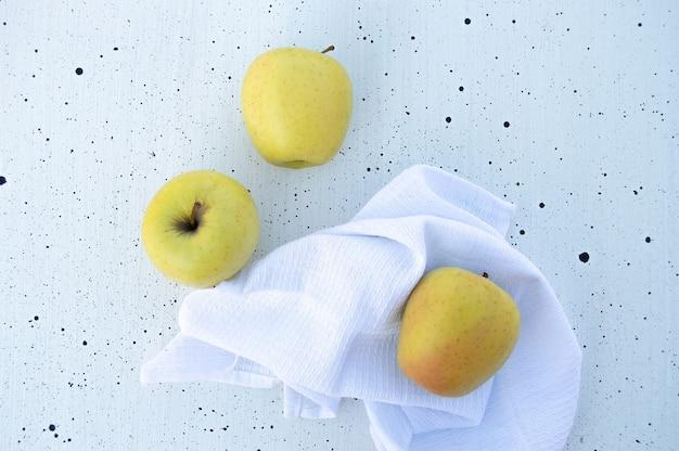 Appels op wit tafelkleed. plat leggen