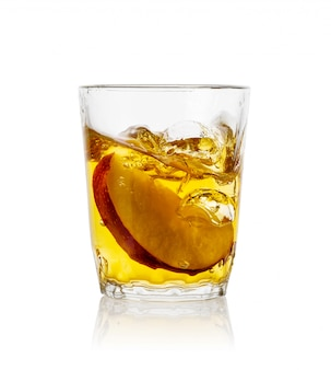 Appelsap in transparant glas met een schijfje appel