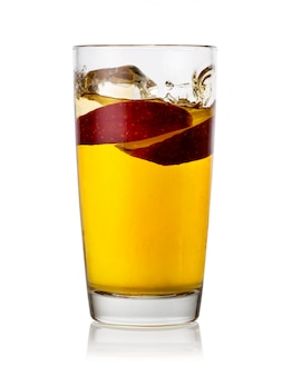 Appelsap met appelschijfjes in glas