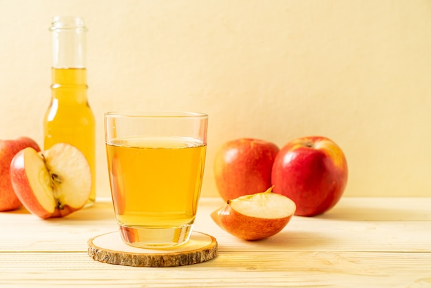 Appelsap met rode appelsvruchten