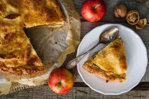 Appeltaart met appels, cinnammon en noten in bovenaanzicht
