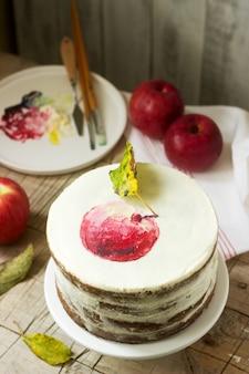 Appeltaart met kwark, versierd met geschilderde appel