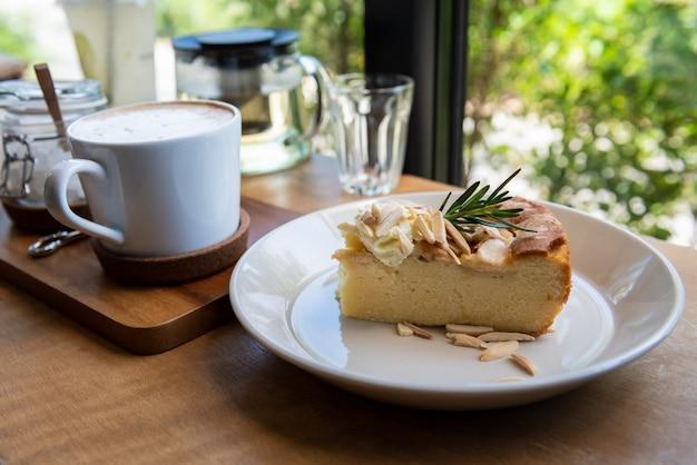 Appeltaartcake met koffiekop op houten lijst