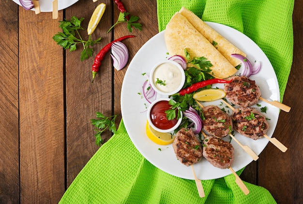 Appetizing kofta kebab (gehaktballetjes) met taco's en tortillas tacos op een witbord