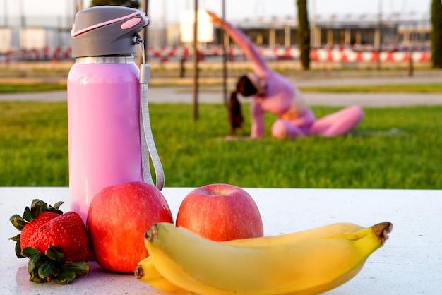 Apple-aardbeibanaan en fles water gezond voedsel