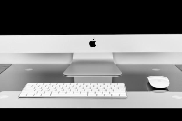 Apple computer imac 27-netvlies-display 5k-toetsenbord en magische muis op zwarte tafel