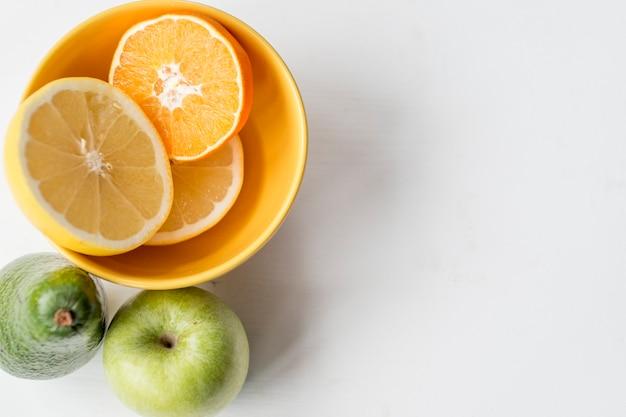 Apple en avocado dichtbij sinaasappel