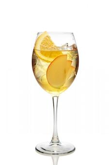 Apple en oranje cocktail met een mousserende wijn met ijs in wijnglas dat op wit wordt geïsoleerd