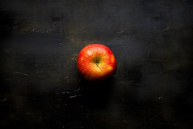 Apple geïsoleerd op zwart
