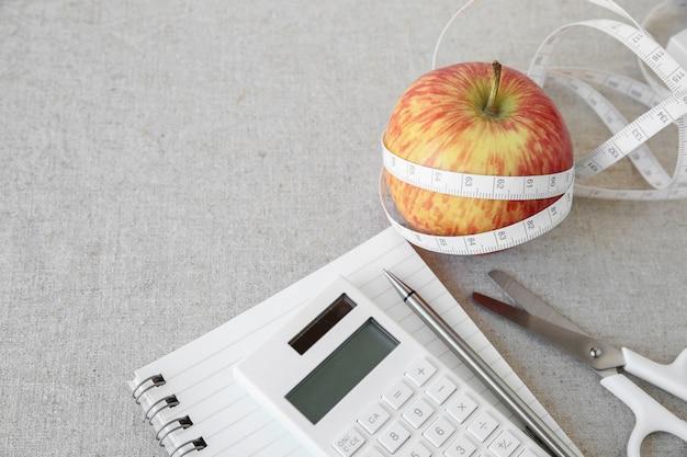 Apple, meetlint, notitieboekje en calculatorachtergrond voor dieetplan, weightloss plan