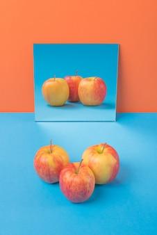 Apple op blauwe lijst die op sinaasappel wordt geïsoleerd