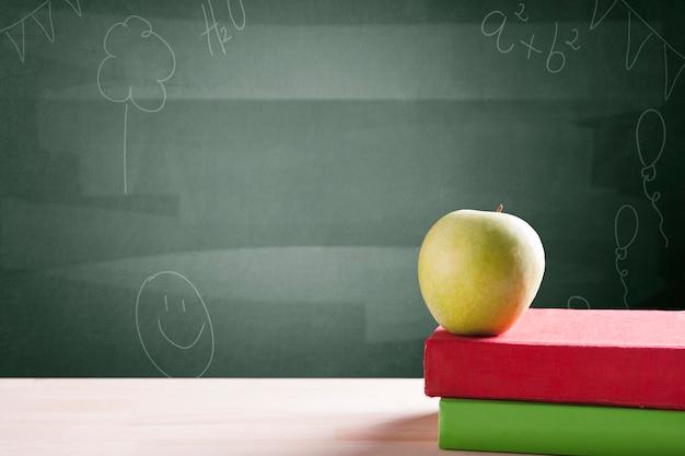 Apple over boeken achtergrond schoolbord