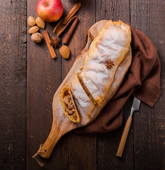 Apple pastry strudel cake dessert pie closeup. oostenrijks bladerdeeg met kaneel. bakkerij gesneden voor verjaardag ontbijt. zelfgemaakte apfelstrudel gourmet crust