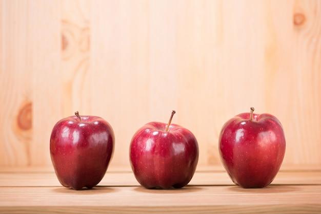 Apple-rood op houten vloerachtergrond met vaag