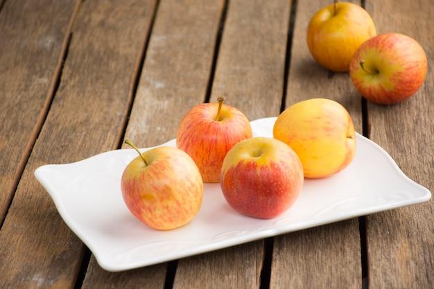 Apple-schotel en appel op houten lijst achtergrondfruit of voedsel en achtergrond