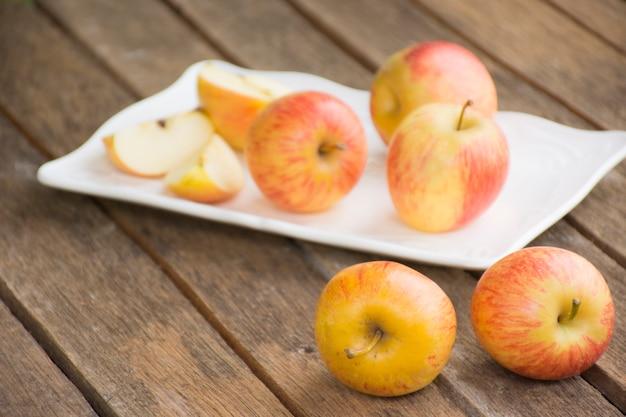 Apple-schotel en appel op houten lijst. achtergrondvrucht of voedsel en backgroud fruit