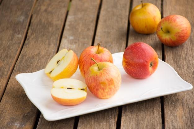 Apple-schotel en appel op houten lijst. achtergrondvrucht of voedsel