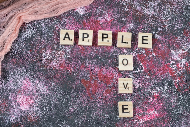 Apple schrijft met letter dobbelstenen op het oppervlak