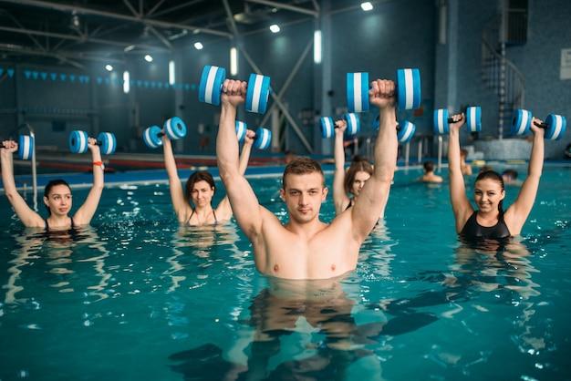 Aqua-aerobics-groep, oefenen met halters