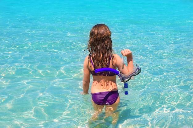 Aqua strand in ibiza formentera achterste kind meisje