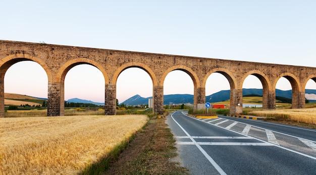Aquaduct in de buurt van pamplona. navarre