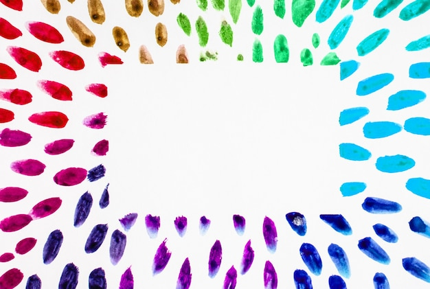 Aquarel frame lijnen regenboog kleurrijke druppels plaats voor tekst, kopieer ruimte op witte achtergrond.