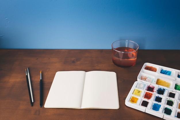 Aquarel met een leeg canvas en borstels