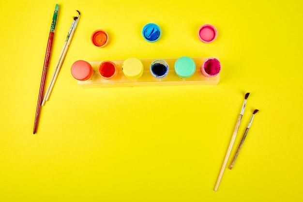 Aquarel paletten en penselen. kunstenaar werkplek