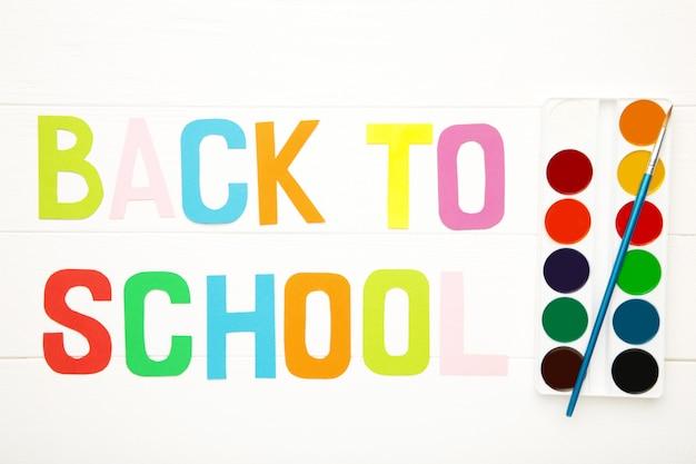 Aquarel verf set met inscriptie terug naar school op wit