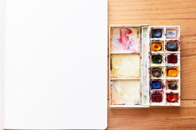 Aquarelverf en canvas gebruikt om nieuwe schilderijen te maken. een bullet-journaal starten in een dot-notitieblok. nieuwe beginnen. kunst en creativiteit concept achtergrond