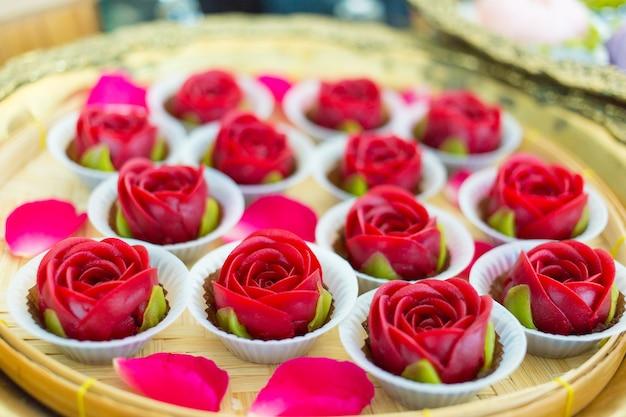 Ar lua is een thais dessert dat gemaakt is van meelsuiker en kokosmelk. het vormde een bloemvorm