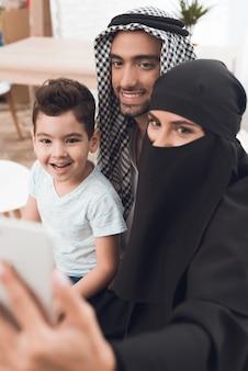 Arabieren maken een familiefoto in het appartement.