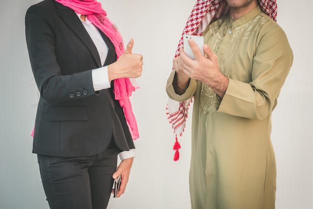 Arabisch bedrijfspaar dat in bureau werkt